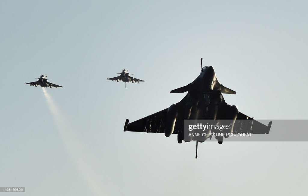FRANCE-SYRIA-ATTACKS-DEFENCE-CARRIER : News Photo