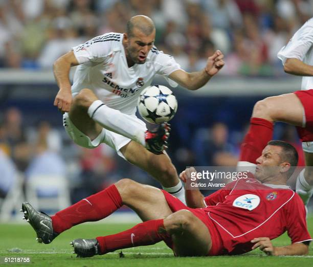 French Real Madrid player Zinedine Zidane fights for the ball with Wisla Krakow's Klos during their champions league football match in Santigo...