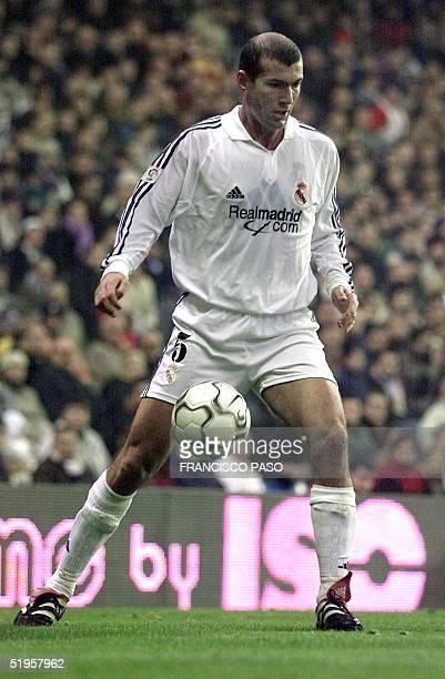 French Real Madrid player Zinedine Zidane runs with the ball during their Spanish league match Real Madrid/Osasuna in Santiago Bernabeu Stadium 01...