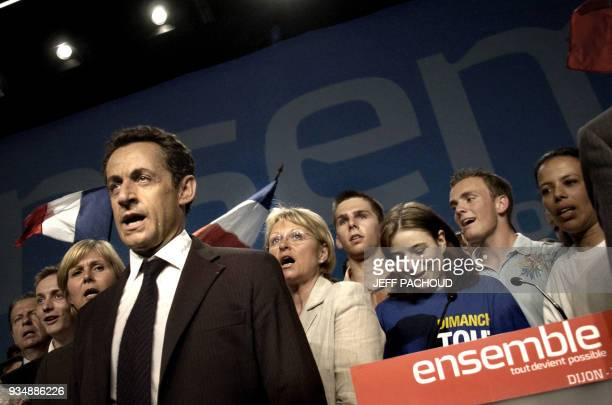 French right-wing presidential candidate Nicolas Sarkozy sing the national anthem at the end of a campaign meting, 23 April 2007 in Dijon, central...