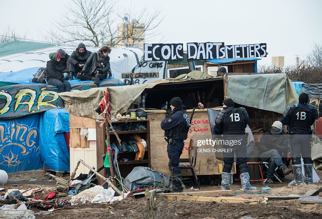 TOPSHOT-FRANCE-EUROPE-MIGRANTS-CAMP : News Photo