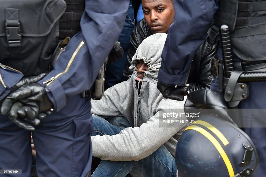 FRANCE-EUROPE-MIGRANTS-BRITAIN-CALAIS-DEMOLITION : News Photo