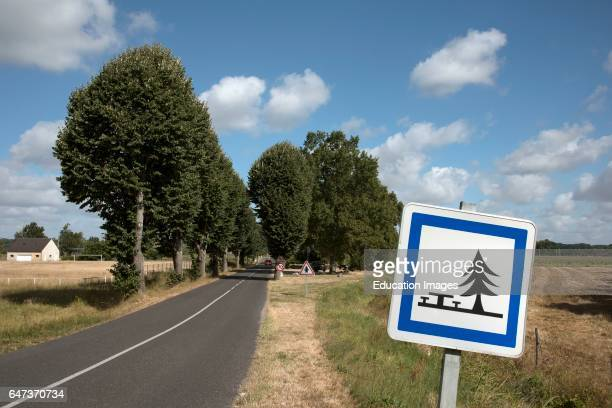 French roadside sign for a picnic area ahead