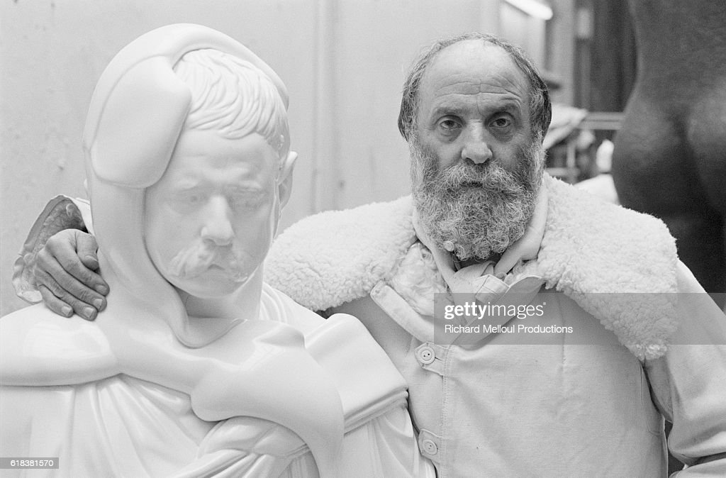 French Sculptor Cesar Standing with Mold : Photo d'actualité