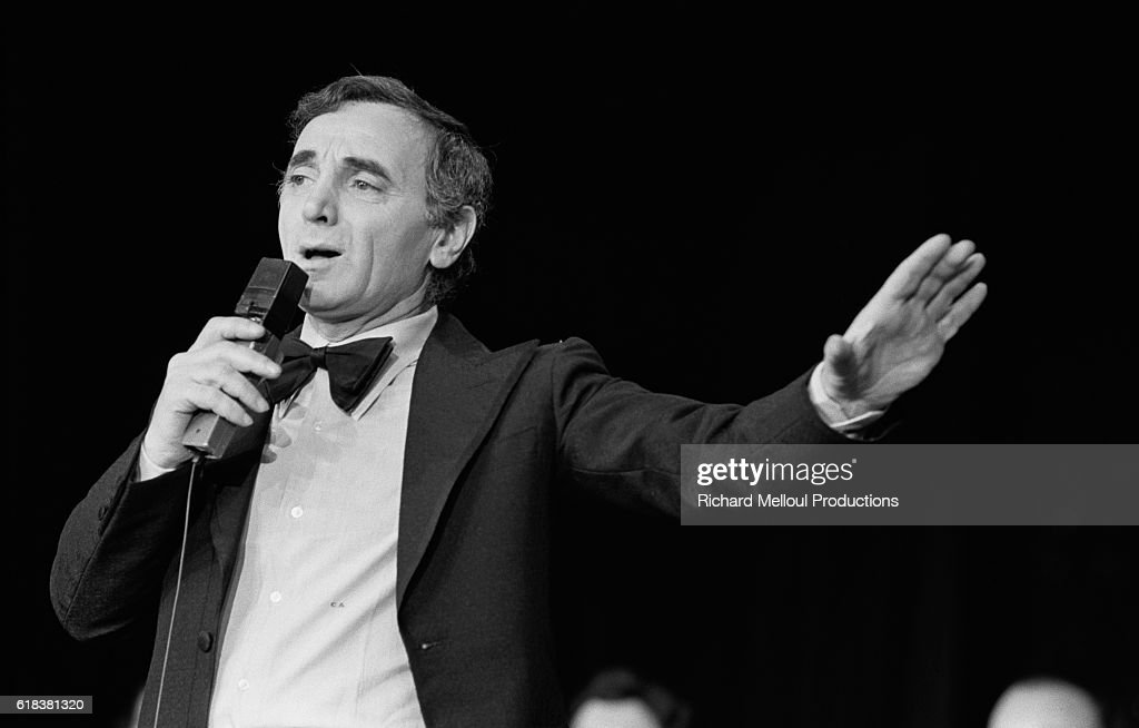 Charles Aznavour Performs at the Moulin Rouge : Photo d'actualité