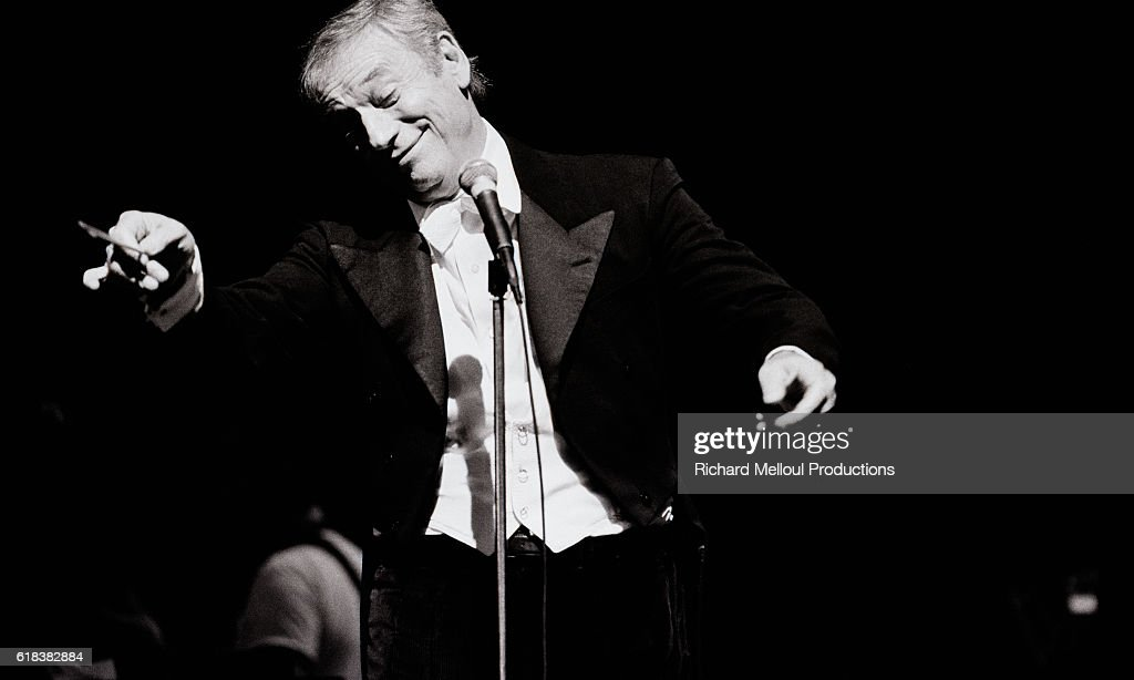 Yves Montand Performing at the Olympia Hall : Photo d'actualité