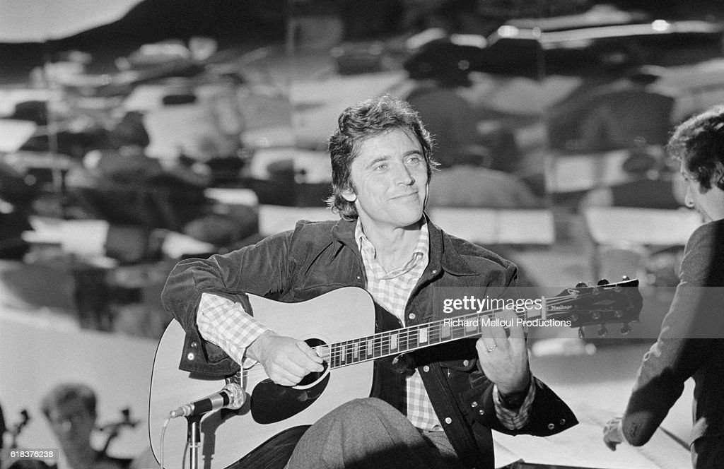 Singer Sacha Distel Performs on French Television Show : Photo d'actualité