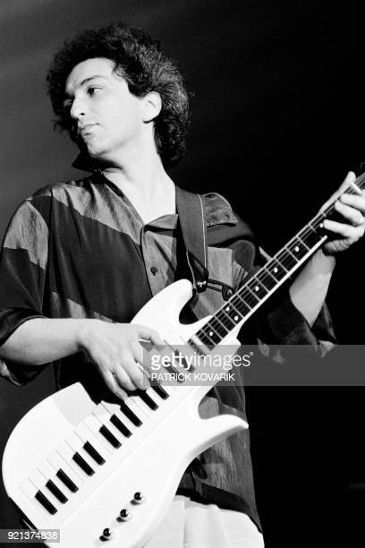 French singer and musician Michel Berger performs on April 11 1986 at the Zenith concert hall in Paris / AFP PHOTO / Patrick KOVARIK