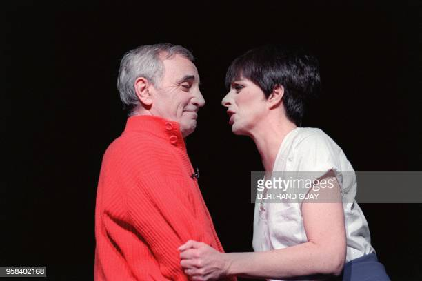 French singer Charles Aznavour and American Liza Minnelli perform on the stage of Palais des Congres in Paris on November 20 1991 AFP PHOTO BERTRAND...