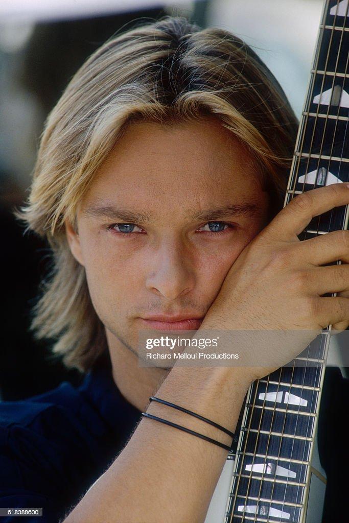 David Hallyday Holding a Guitar : Photo d'actualité