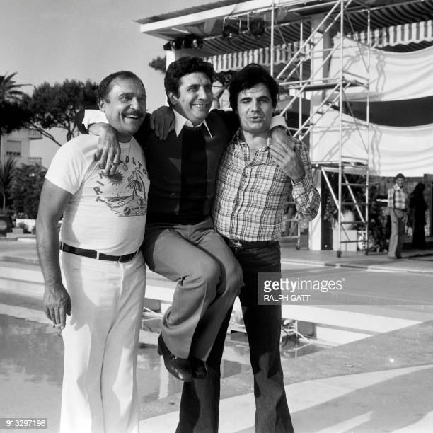 French singer Gilbert Becaud poses with actors and humorists JeanMarc Thibault and Roger Pierre on June 11 1974 in Nice / AFP PHOTO / Ralph GATTI