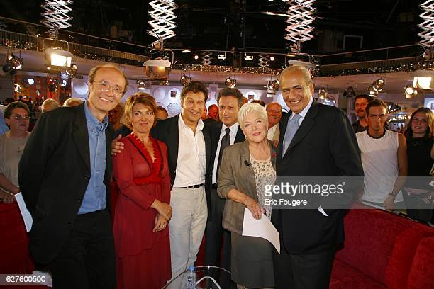 French singer Line Renaud surrounded by Philippe Geluck Nathalie Corre Laurent Gerra Pierre Benichou and Michel Drucker on the set of his Sunday...