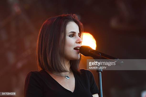 French singer Marina Dalmas known as Marina Kaye performs during the Francofolies Music Festival in La Rochelle on July 13 2016 / AFP / XAVIER LEOTY