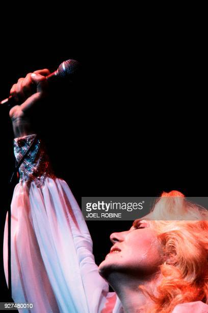 French singer Michèle Torr performs on December 1 1982 at the Olympia concert hall in Paris / AFP PHOTO / Joel ROBINE
