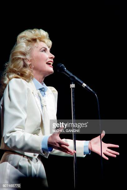 French singer Michèle Torr performs on January 21 1987 at the Olypia concert hall in Paris / AFP PHOTO / Michel GANGNE