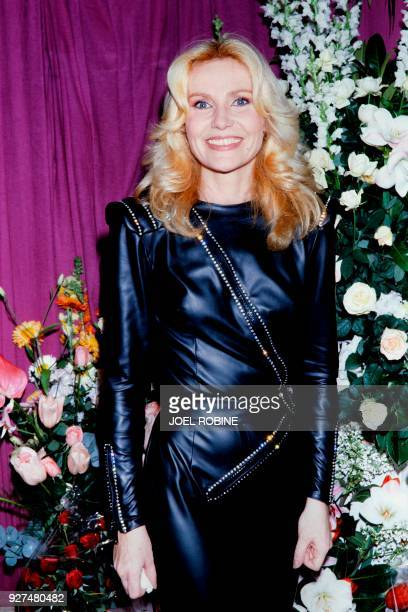 French singer Michèle Torr poses backstage on December 1 1982 prior her concert at the Olympia concert hall in Paris / AFP PHOTO / Joel ROBINE