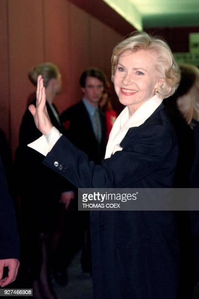 French singer Michèle Torr waves backstage on April 14 1997 prior her concert at the Olympia concert hall in Paris / AFP PHOTO / Thomas COEX