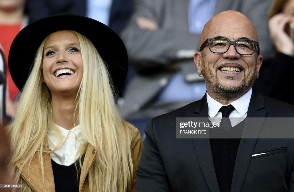 French singer Pascal Obispo (R) and his wife Julie Hantson attend the French L1 football match Paris Saint-Germain (PSG) vs Toulouse on November 7, 2015 at the Parc des Princes stadium in Paris. AFP PHOTO / FRANCK FIFE