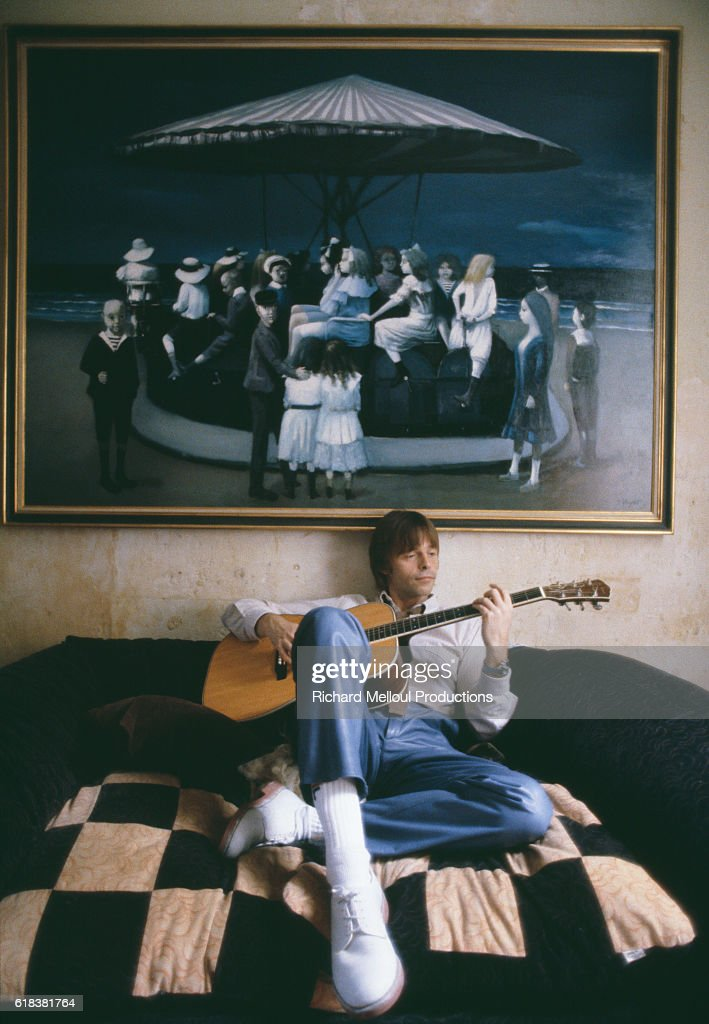 French Singer Pierre Bachelet Playing Acoustic Guitar : Photo d'actualité
