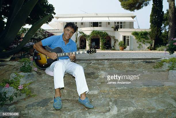 French singer Sacha Distel on holiday at his house in Le Rayol on the French Riviera | Location Le Rayol Var France