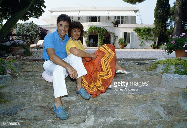 French singer Sacha Distel on holiday with his wife Francine at their house in Le Rayol on the French Riviera | Location Le Rayol Var France