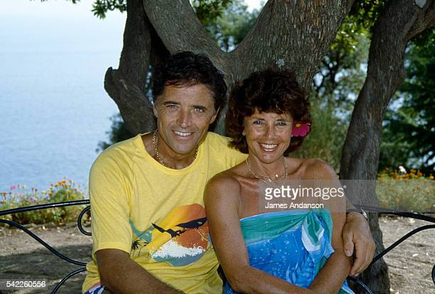 French singer Sacha Distel on holiday with his wife Francine in their house at Le Rayol on the Côte d'Azur | Location Le Rayol Var France