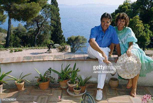 French singer Sacha Distel on holiday with his wife Francine in their house at Le Rayol on the French Riviera | Location Le Rayol Var France