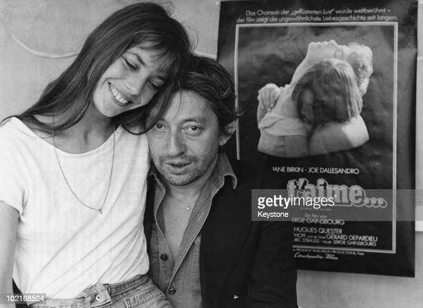 French singersongwriter Serge Gainsbourg with English actress Jane Birkin in Munich to promote the film 'Je t'aime moi non plus' 1976 Gainsbourg...