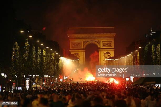 french soccer fans celebrating on champs-elysees - championnat mondial de football photos et images de collection