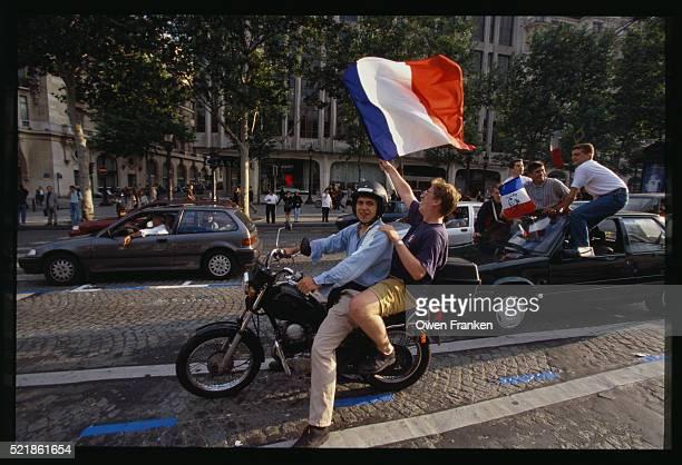 french soccer fans celebrating - championnat mondial de football photos et images de collection