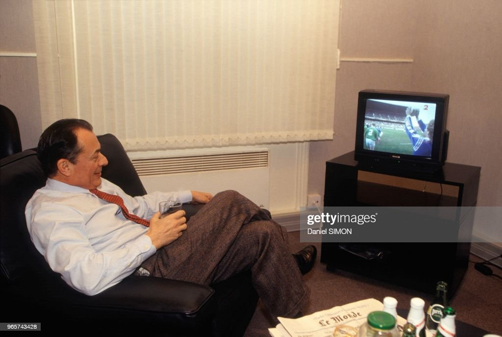 Michel Rocard Watching Rugby Game on TV : Photo d'actualité
