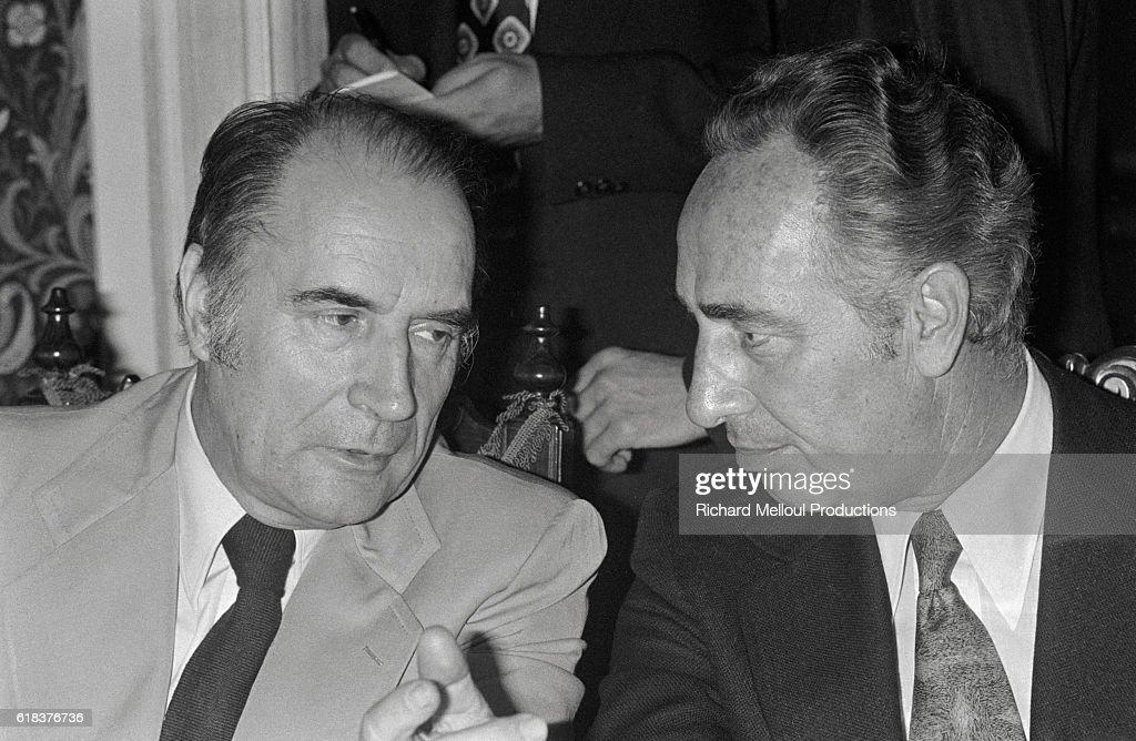 François Mitterrand Talking to Shimon Peres : Photo d'actualité