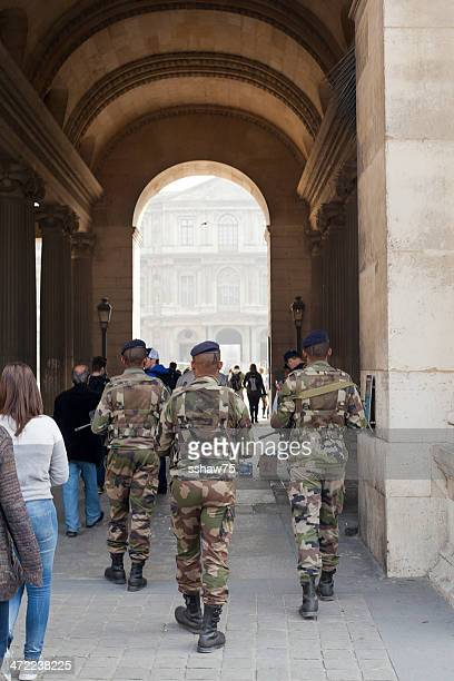 french soldiers at the louvre - cour carree stock pictures, royalty-free photos & images