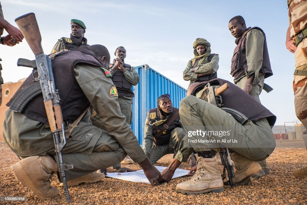 French soldiers from barkhane military operation in Mali (Africa) teaching malian soldiers how to fight against terrorism. : News Photo