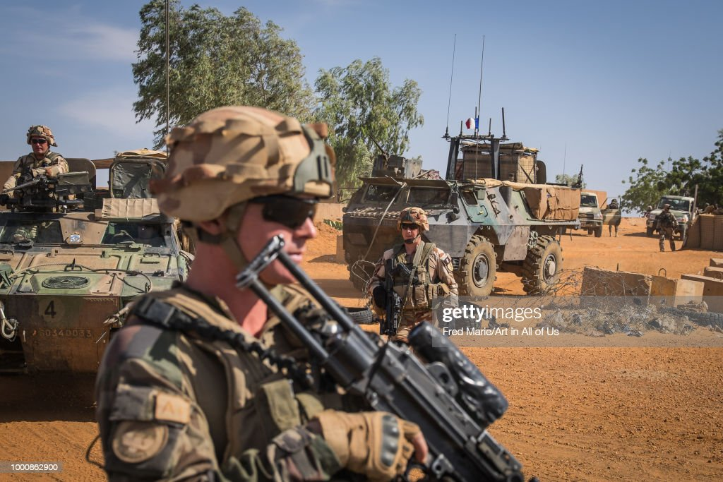 French soldiers from barkhane military operation in Sahel, Africa during a patrol in Mali. They fight against terrorism in the area. : Photo d'actualité