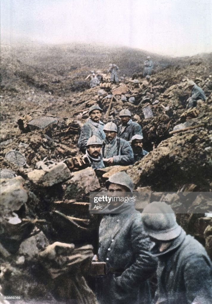 french soldiers in a trench during battle in Verdun in 1916 : Photo d'actualité