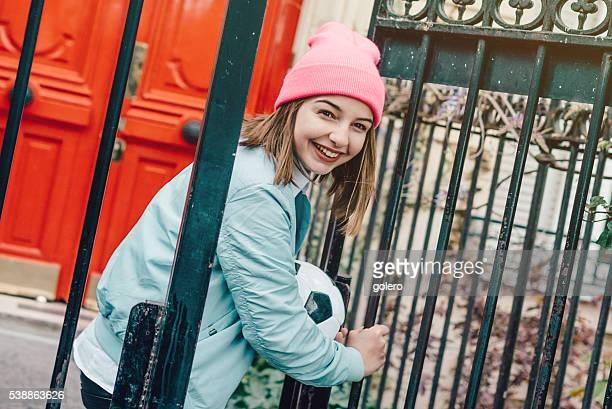 français jeune fille avec le football à l'iron gate à paris