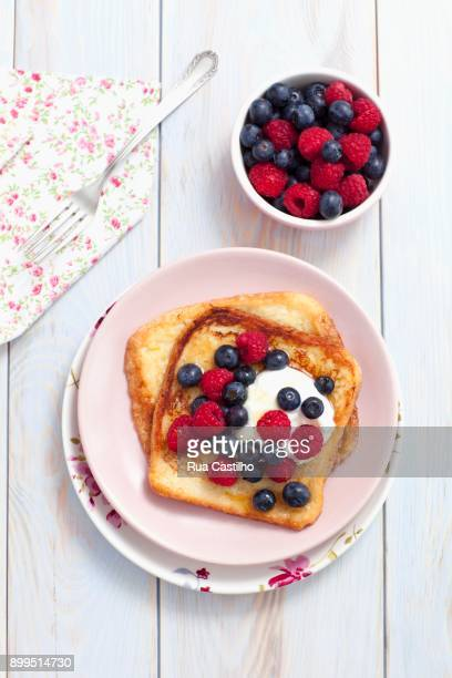 french toast with maple syrup, berries and yoghurt - rua stock pictures, royalty-free photos & images