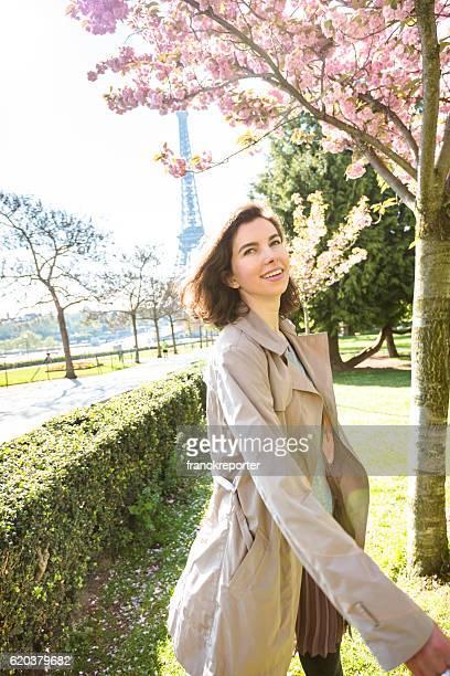 Französische Tourist Frau in Paris für den Frühling