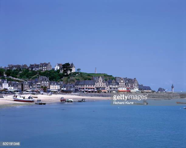 french town on gulf of st. malo - cancale photos et images de collection