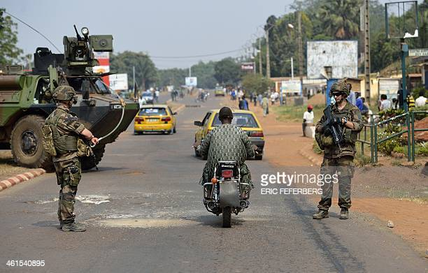 French troops from the Operation Sangaris forces watch over the traffic, looking for weapons, on January 9, 2014 in the fourth district of Bangui ....