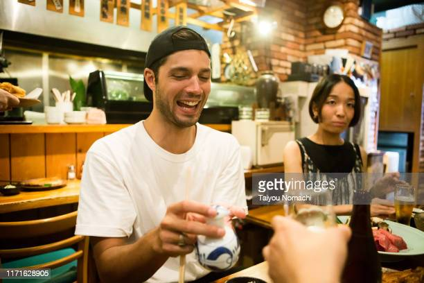 french who visited a japanese izakaya - 多様性  ストックフォトと画像