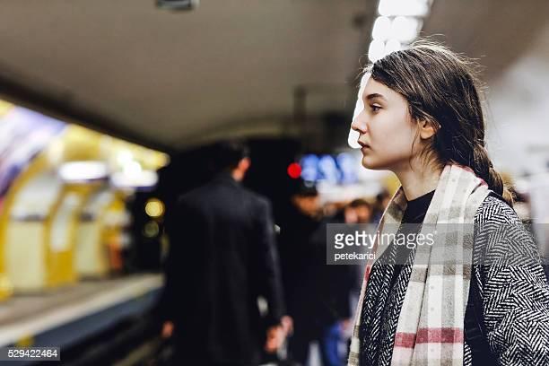Français femme attente pour le métro de Paris, en France
