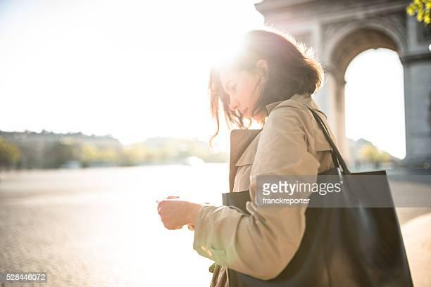 Französische Frau wartet der Bus in Paris