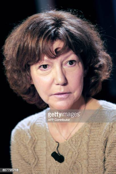 French writer Anne Wiazemsky poses 11 January 2007 in Paris before attending the literary TF1 channel program 'Vol de Nuit' / AFP PHOTO / CHRISTOPHE...