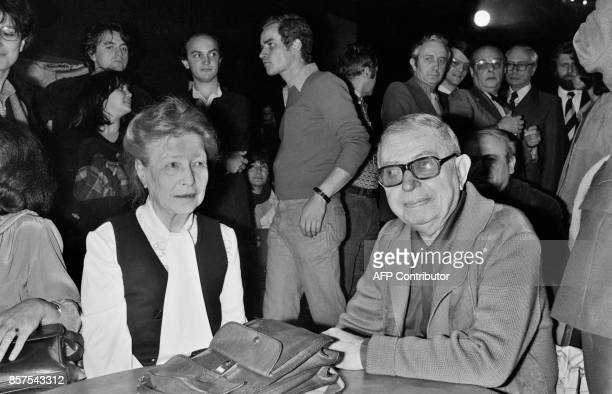 French writer Simone de Beauvoir and French philosopher JeanPaul Sartre attend a reception for Soviet dissidents on June 21 1977 in Paris / AFP PHOTO...