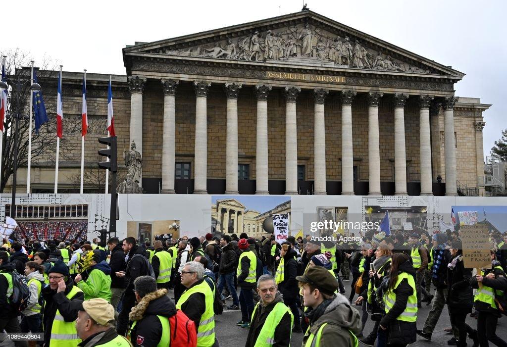 Yellow vest demonstration in Paris : News Photo