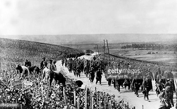 1WW french/belgian front Theatre of war Advancing french infantry columns following retreating german troops october 1914