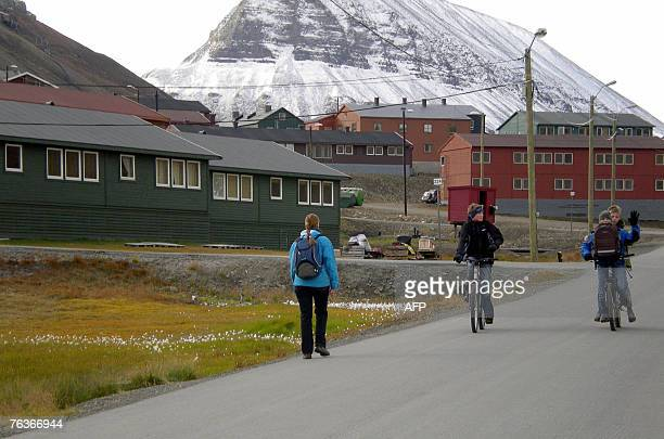 Le Svalbard terre d'accueil du bout du monde School children are pictured in Longyearbyen county town of Svalbard Norway 24 August 2007The Svalbard...
