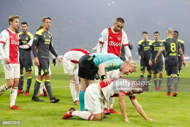 Frenkie de Jong of Ajax Luuk de Jong of PSV Hakim Ziyech of Ajax Referee Kevin Blom Lasse Schone of Ajax during the Dutch Eredivisie match between...